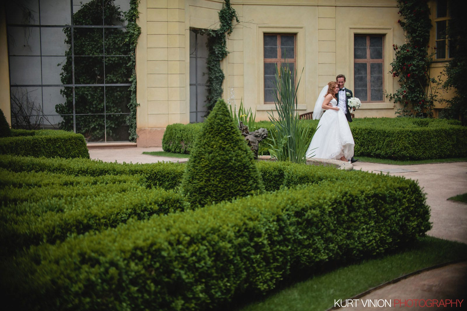 Elopement wedding Prague / Vrtbovska Garden / Polya & Dirk wedding photos at Vrtba