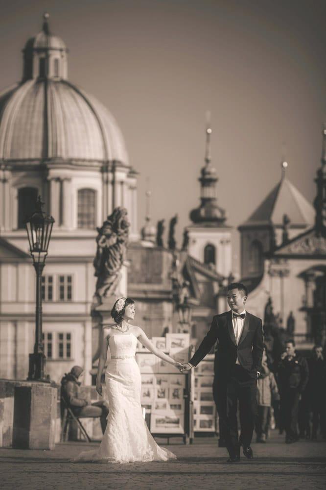 Prague pre wedding / Suki & Steven / portraits at the Charles bridge