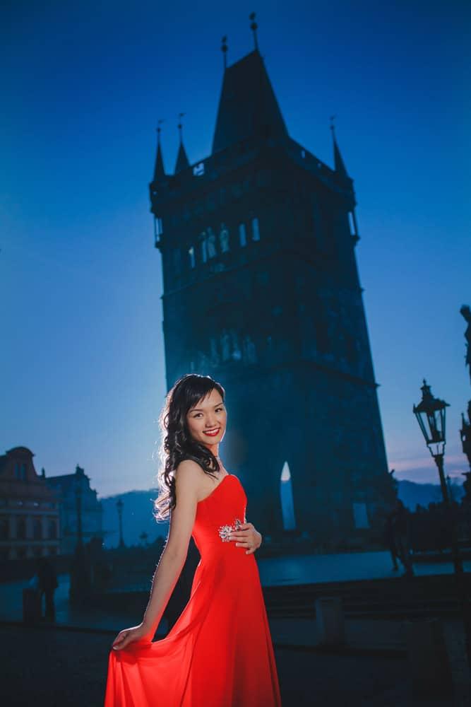 Prague pre wedding / Suki & Steven / portraits at the Charles Bridge at night