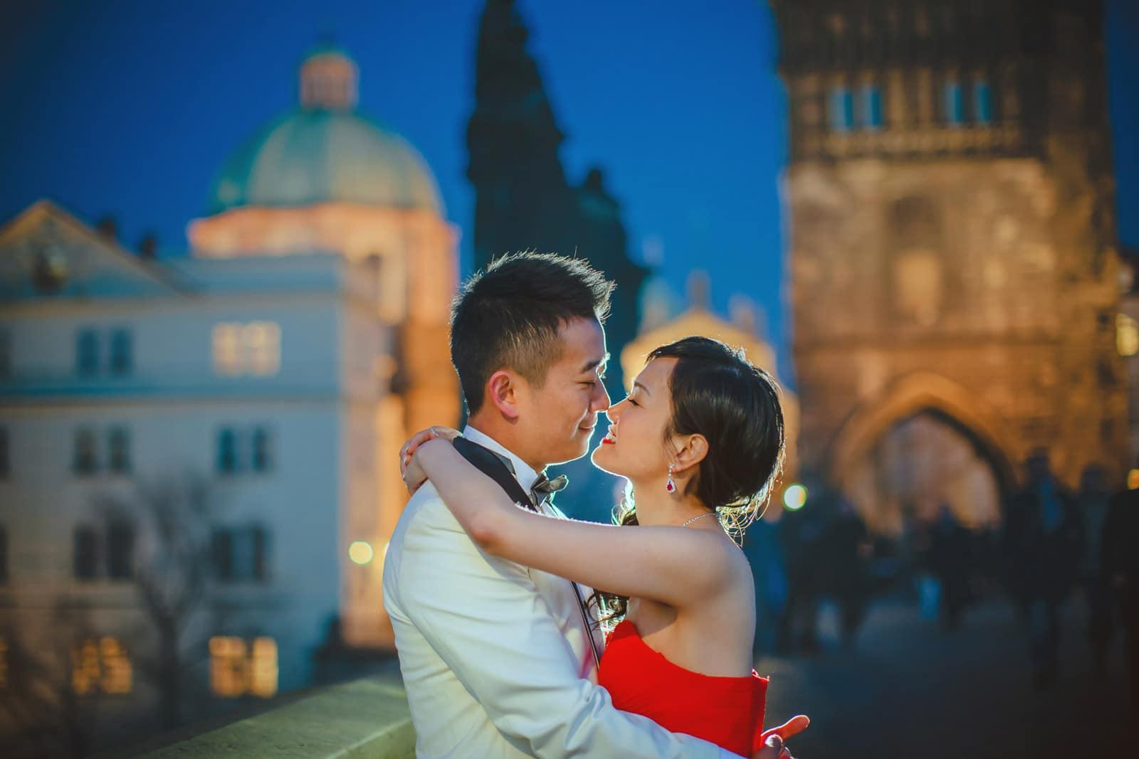 Prague pre wedding / Suki & Steven / wedding portraits at the Charles Bridge at night