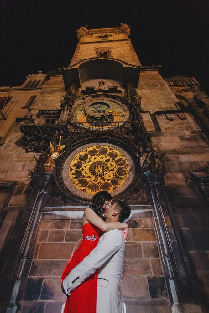 Prague pre wedding / Suki & Steven / wedding portraits at the Astronomical Clock at night