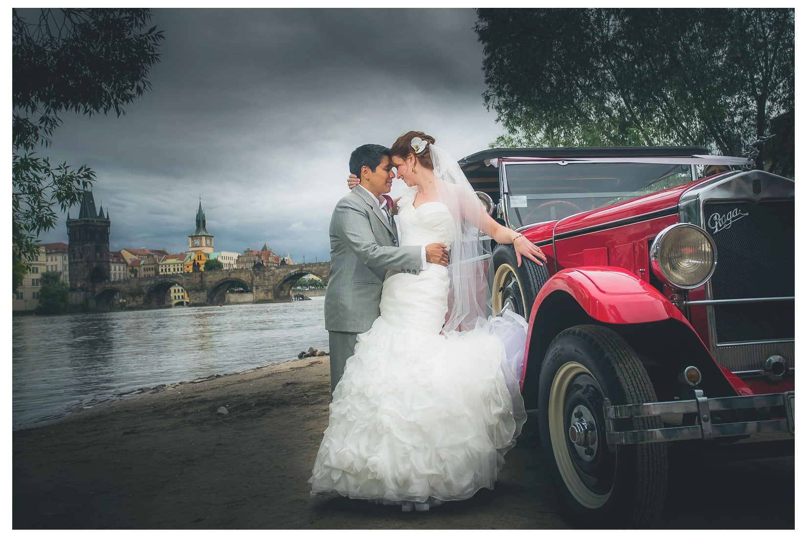 Charles Bridge Wedding / Kimberly & Jules / Na Plavka wedding portraits