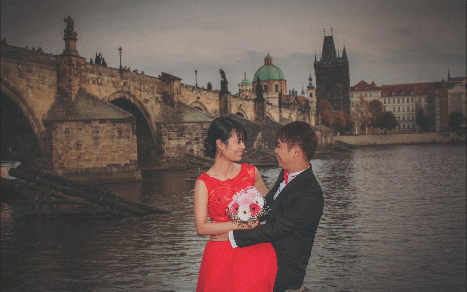 Prague pre wedding / Sharon & Danny Fall portraits session near the Charles Bridge