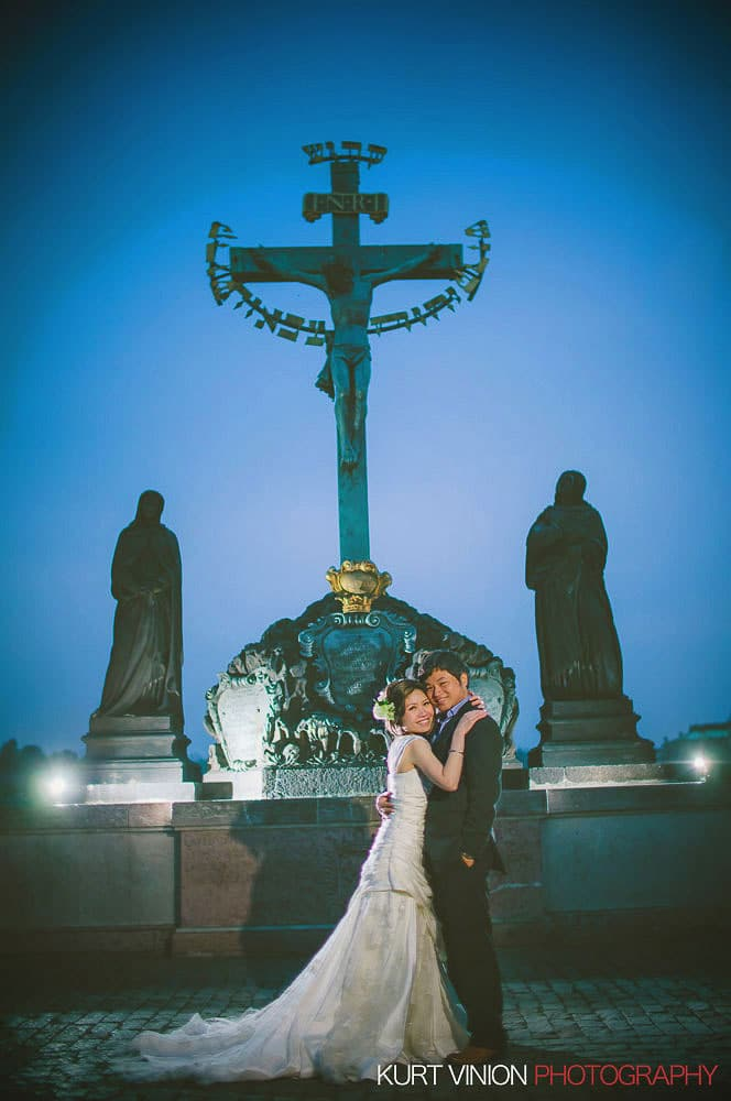 Prague pre wedding / Shirley & Green / photography on the Charles Bridge