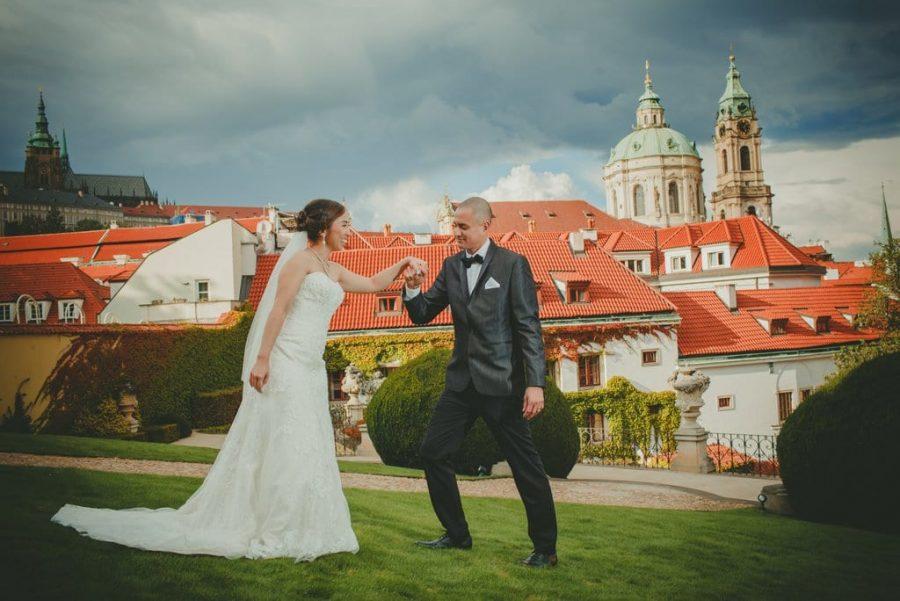 Prague wedding planners / J&J wedding photos from Vrtba Garden / captured by American photographer Kurt Vinion