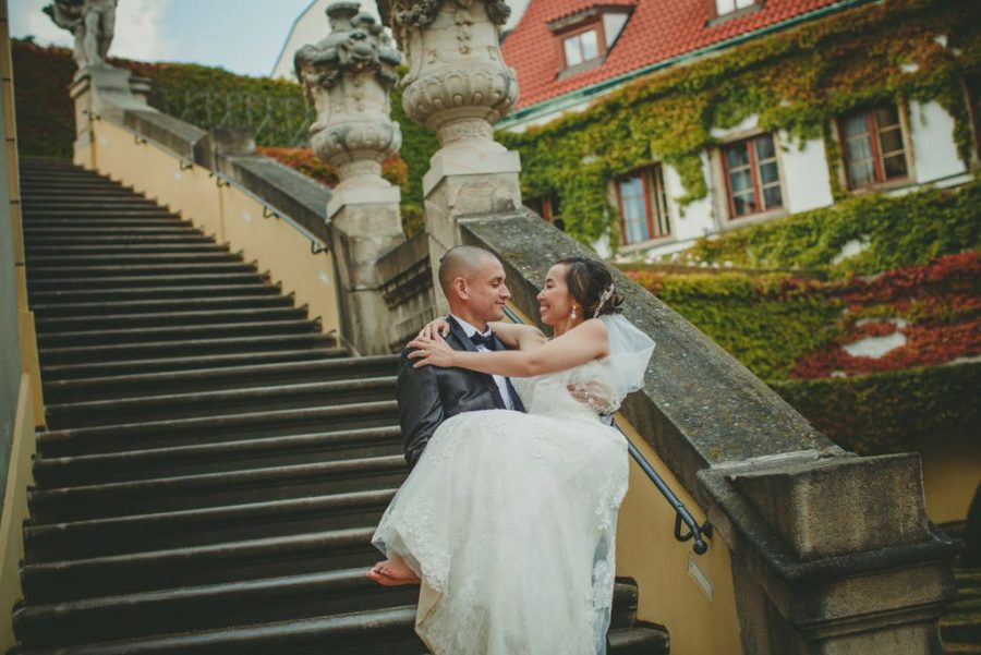 wedding planners Prague / J&J wedding photos from Vrtba Garden / captured by American photographer Kurt Vinion