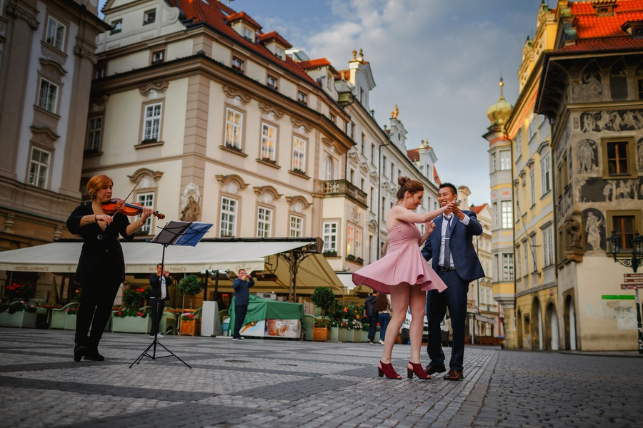 A sunrise marriage proposal on the Charles Bridge with M+S (USA)